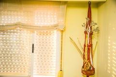 光送进裂缝的闭合的窗帘 库存照片