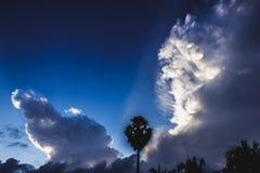 光通过云彩,早晨发光 图库摄影