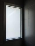 光通过在现代休息室的窗口 免版税库存图片
