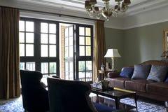 光通过Windows和门在客厅 图库摄影