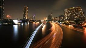 光都市风景在河和烟花落后 免版税库存照片