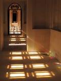 光长的走廊通过彩色玻璃 免版税库存照片
