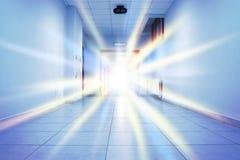 光闪光在一个公共建筑的走廊 库存照片