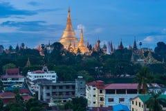 仰光,缅甸夜地标的Shwedagon塔  图库摄影
