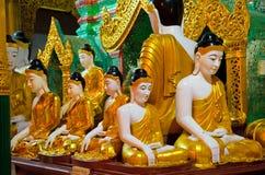 仰光,缅甸- 2010年12月, 14日:在Shwedagon的菩萨雕象 免版税库存图片