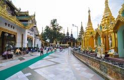 仰光,缅甸- 2013年10月11日:佛教人参观Shwedagon塔在仰光 库存图片