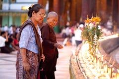 仰光,缅甸- 1月29 :佛教徒妇女点燃香在Shwedagon寺庙2010年1月29日,缅甸 免版税库存图片