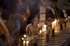 仰光,缅甸- 2月19 :未认出的缅甸女孩在Shwedagon塔 免版税库存照片