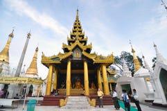 仰光,缅甸- 10月11 :足迹的未认出的香客 免版税库存图片