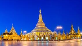 仰光, Shwedagon塔缅甸视图在晚上 免版税库存照片