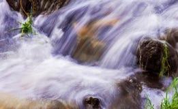 光滑和柔滑的流动的水干净和美好的背景  免版税库存照片