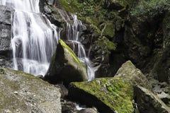 光滑和锋利的岩石小瀑布  库存照片