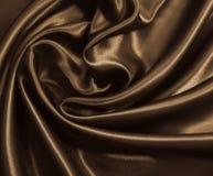光滑的典雅的棕色丝绸或缎作为背景 在乌贼属口气 免版税库存照片