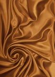 光滑的典雅的金黄丝绸当婚礼背景 在被定调子的乌贼属 库存图片