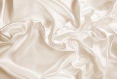 光滑的典雅的金黄丝绸或缎作为背景 在乌贼属口气 免版税库存图片