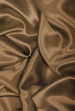 光滑的典雅的金黄丝绸或缎作为背景 在乌贼属口气 免版税库存照片