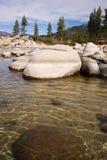光滑的岩石清除水太浩湖沙子港口 免版税库存图片