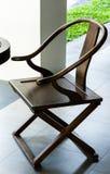光滑的涂层橡木颜色木椅子 库存图片