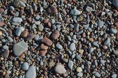 光滑的湿石渣和小卵石背景  免版税库存图片