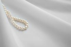 光滑的白色丝绸背景 库存图片