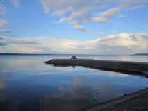 光滑的水表面接触天空 免版税库存图片