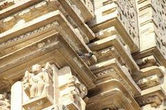 克久拉霍寺庙,在纪念碑的雕塑刻画的Kamasutra图象 免版税库存图片