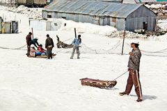 克什米尔人雪撬人在古尔马尔格等待游人非常普遍的活动在冬天 克什米尔,印度- 2012年4月05日 免版税库存照片