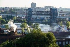 克利夫兰凯霍加河桥梁黄昏 库存图片