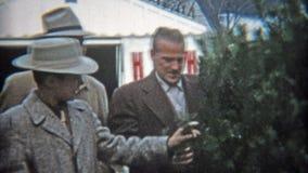 克利夫兰,俄亥俄1953年:爸爸炫耀与家庭的这棵几年圣诞树 股票录像