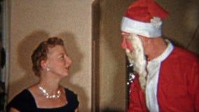 克利夫兰,俄亥俄1953年:给礼物的最蠕动的圣诞老人面具家庭 影视素材