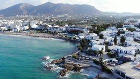 克利特手段、旅馆、海滩和海的空中全景 股票视频