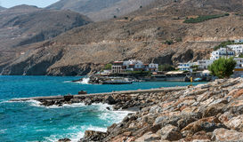 克利特海岛岩石海岸线在Chora Sfakion镇附近的,位于海岛的南部的部分 免版税库存照片