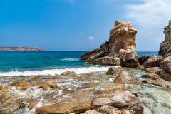 克利特海岛岩石海岸线有巨大的白云岩的晃动,希腊 库存图片