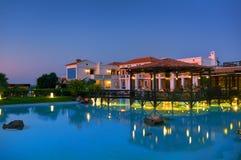 克利特海岛,希腊, 2011年7月01日:在皇家母马村庄餐馆的夜视图游人和客人的 古典希腊语旅馆ar 库存图片