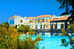 克利特海岛,希腊, 2011年7月01日:在皇家母马村庄餐馆的看法游人的,客人 餐馆露台水池 古典 免版税库存照片