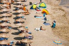 克利特海岛,希腊, 2017年6月09日:Matala海滩全景  在岩石的洞使用了作为一座罗马公墓和十年 图库摄影