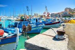 克利特海岛,希腊, 2012年9月12日:在美丽的经典老渔夫小海船的看法运送,白色游艇,希腊语伊拉克利翁s 免版税图库摄影