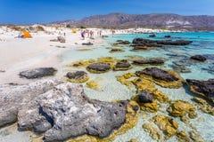 克利特海岛, Elafonissi海滩,希腊- 2016年9月02日 放松在海滩的人们 库存照片
