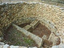 克利特,希腊- 2017年11月:为牺牲挖坑,计划与石头, Knossos宫殿的西部庭院 库存照片