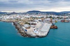 克利特,希腊- 2017年11月2日:在货物港和市的全景伊拉克利翁 图库摄影