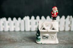 克劳斯・圣诞老人玩具 抽象空白背景圣诞节黑暗的装饰设计模式红色的星形 库存图片