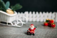 克劳斯・圣诞老人玩具 抽象空白背景圣诞节黑暗的装饰设计模式红色的星形 免版税图库摄影