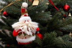 克劳斯・圣诞老人 在圣诞树的圣诞树玩具 库存照片