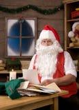 克劳斯在圣诞老人讨论会上写字 免版税库存照片