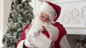 克劳斯构成他的信函读取坐垂直的讨论会的圣诞老人 影视素材