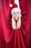 克劳斯窗帘女孩查找圣诞老人 图库摄影