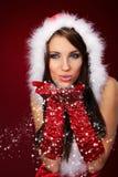 克劳斯给女孩圣诞老人性感佩带穿衣 库存图片