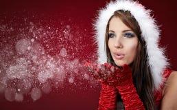 克劳斯给女孩圣诞老人性感佩带穿衣 免版税库存照片