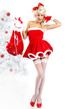 克劳斯给女孩针佩带的圣诞老人穿衣  免版税库存照片