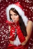 克劳斯给女孩r圣诞老人性感佩带穿衣 免版税图库摄影
